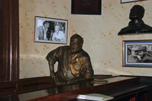 La statua di Hemingway a El Floridita