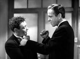 La scelta di Peter Lorre tra gli antagonisti, aiutò molto la prospettiva. Qui Bogart sembra un gigante.