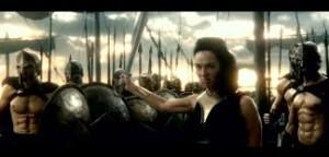 Il tocco WTF del film: dopo Artemisia con la doppia spada, la Gorgo con la spada di Leonida che combatte.