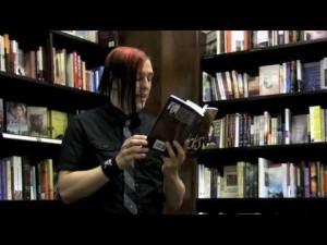 L'autore a una presentazione durante la lettura