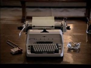 La scrivania dello scrittore come ci appariva anni fa: sigarette e bicchiere di whisky