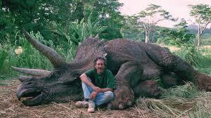 Spielberg in posa davanti a un triceratopo: la foto dello scandalo